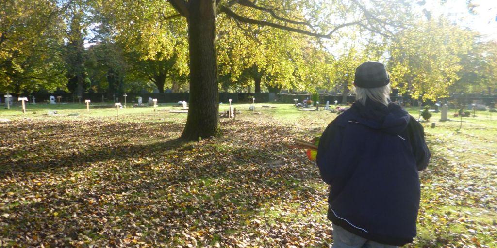 Homme de dos au cimetière