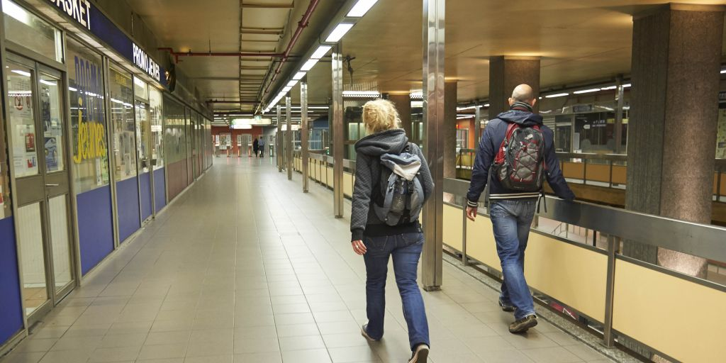 Twee straathoekwerkers die dakloze personen gaan ontmoeten in een metrostation.